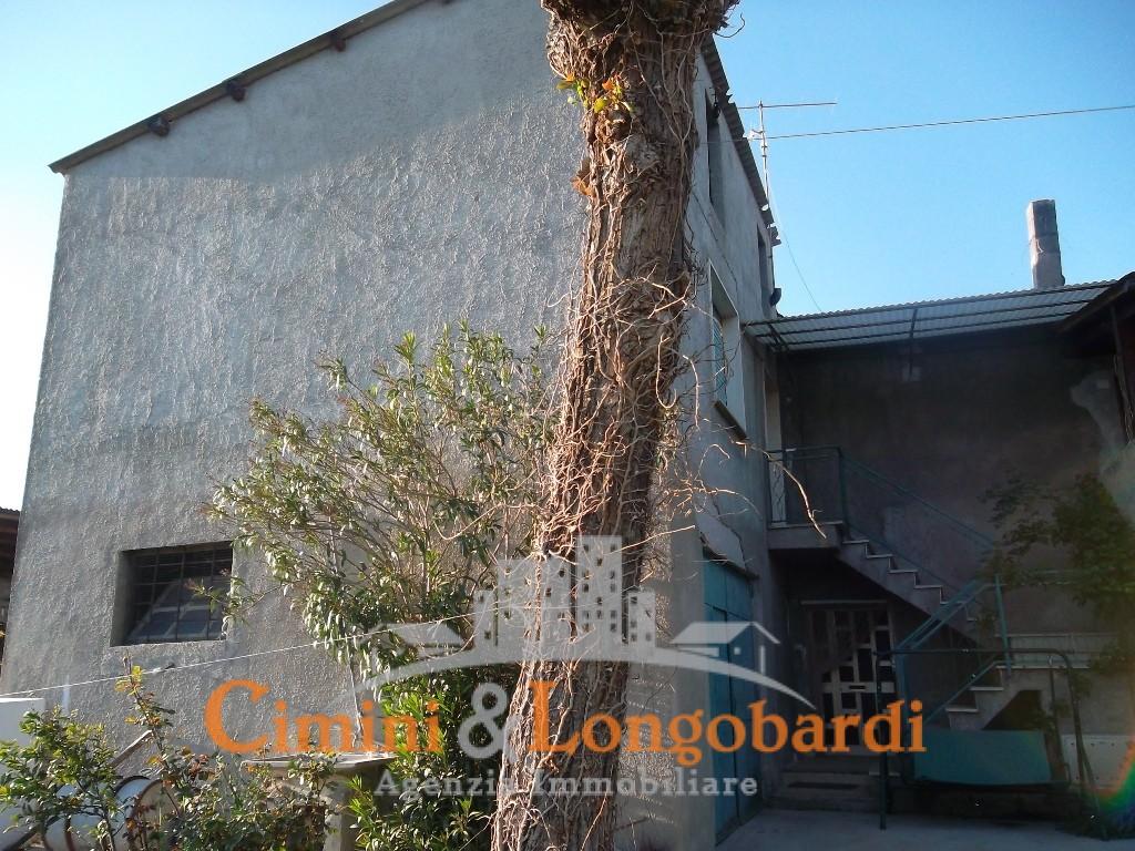 Casa affiancata con terreno agricolo a Campli