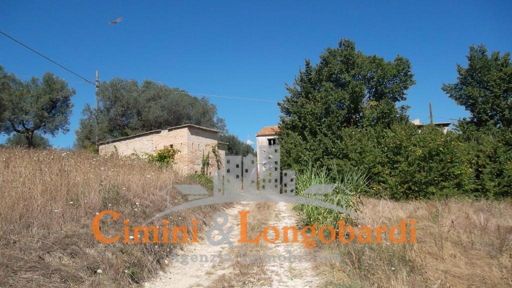 Casolare affiancato con terreno agricolo - Casa abusiva su terreno agricolo ...