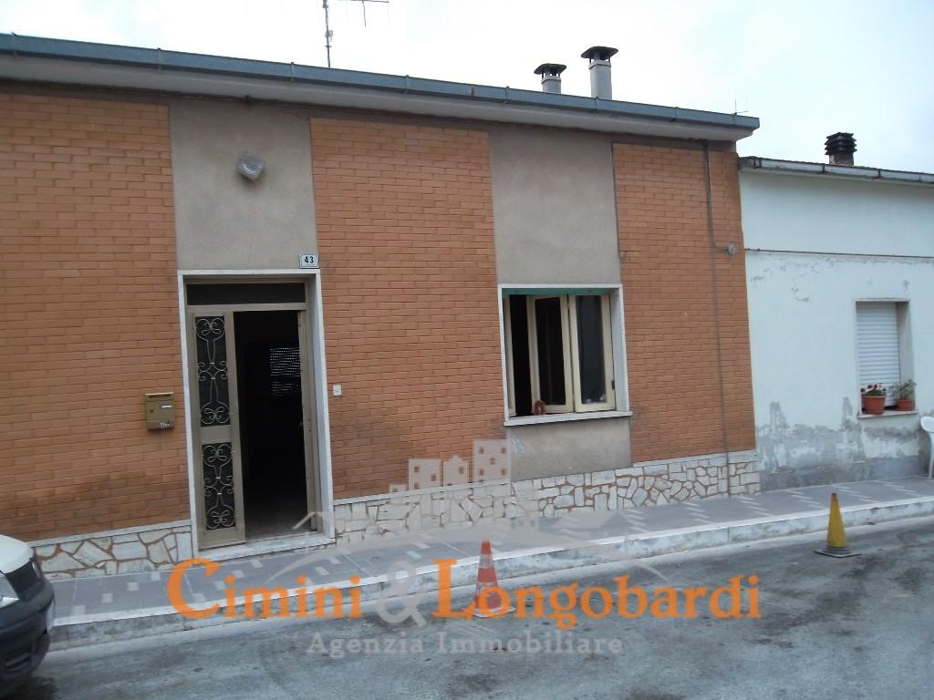 Vendesi casa affiancata con giardinetto al centro di nereto for Vendesi casa roma centro
