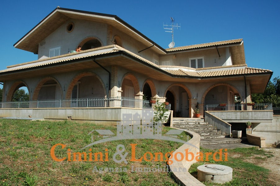 Vendesi stupenda villa a mosciano sant 39 angelo con vista for Costo di costruzione casa di mattoni