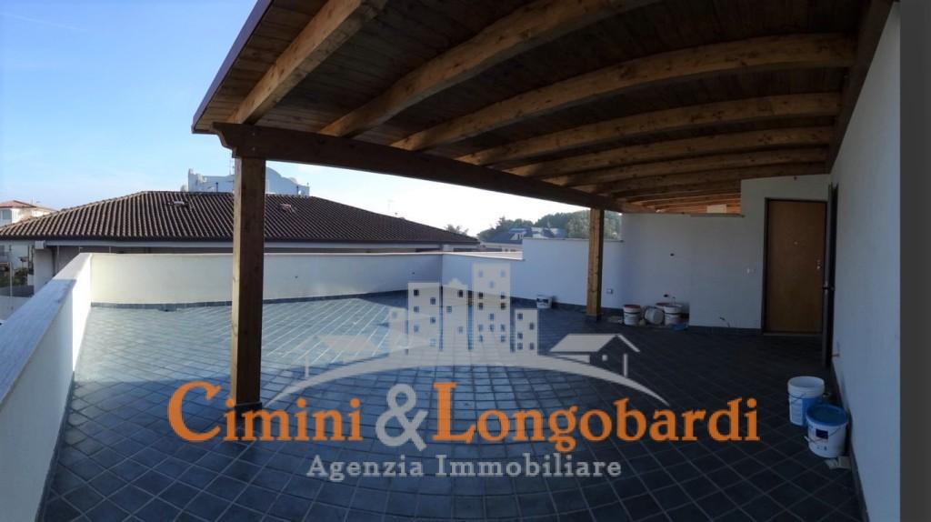 Attico con 115 mq di terrazzo for Passi per l acquisto di terreni e la costruzione di una casa