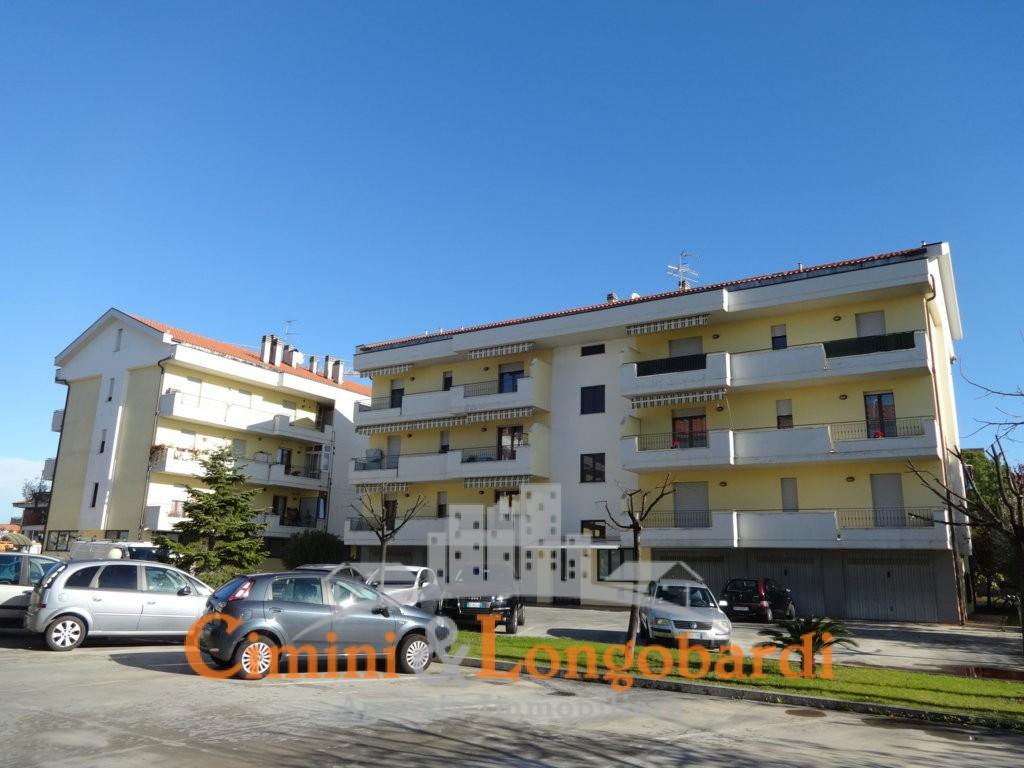 recente appartamento con 3 camere doppi servizi box auto