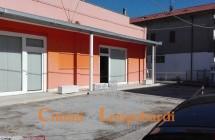 Struttura commerciale con 2 appartamenti annessi e parcheggi privati - Immagine 9