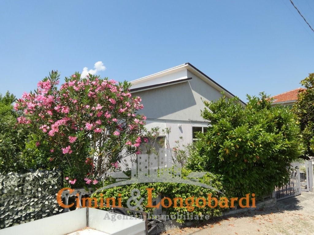 Casa singola con corte privata.. Frazione Villa Camera