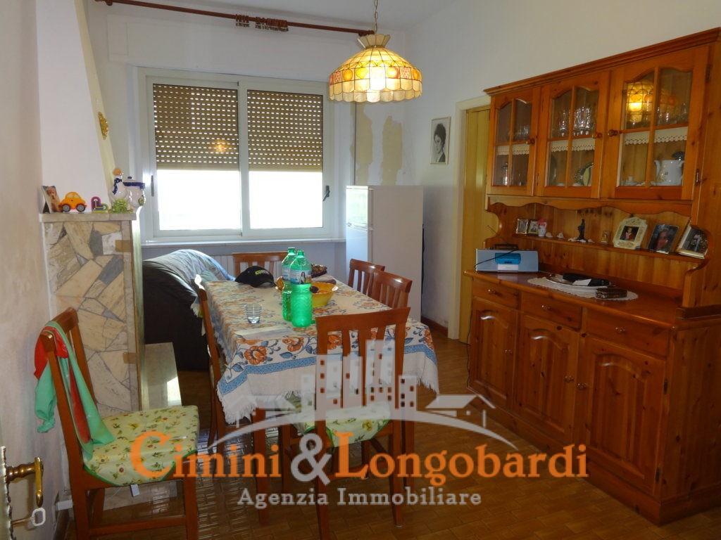 Casa singola con corte privata.. Frazione Villa Camera - Immagine 4