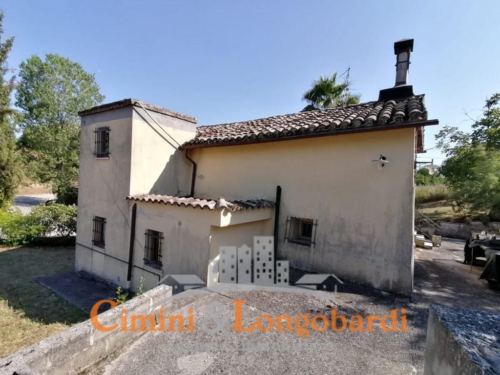 Casa singola con mq 10.000 di terreno - Immagine 2