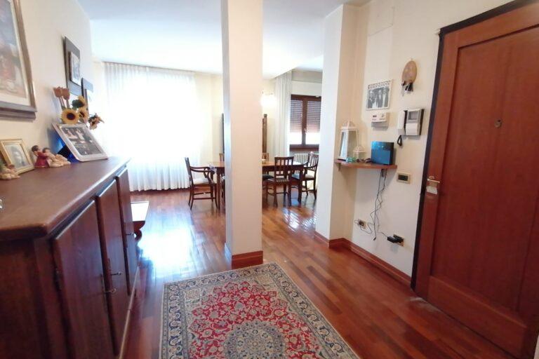 Luminoso Appartamento con posto auto e cantina.. Centralissimo - Immagine 4