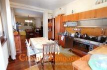 Luminoso Appartamento con posto auto e cantina.. Centralissimo - Immagine 2